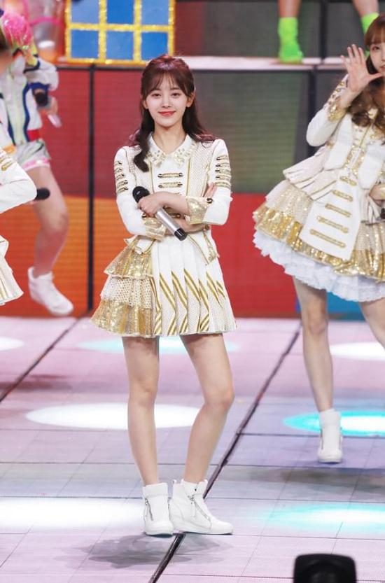 SNH48获五四优秀青年荣誉 鞠婧祎领奖元气满满