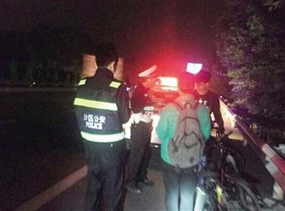 深夜,民警将两名在高速路上骑自行车的大学生拦下。