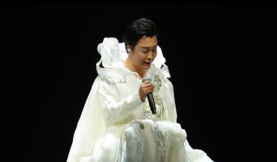 李玉刚演唱会出现重大舞台事故 升降台发声巨响