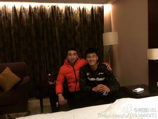 熊磊(左)与赵睿合影