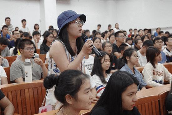 中大新华学子与王缉思教授积极互动,现场气氛热烈