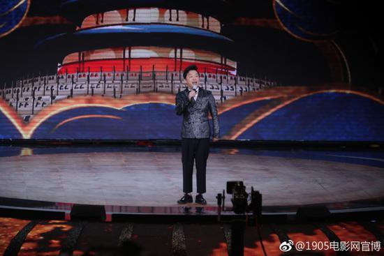 黄渤献上北影节开场秀 幽默脱口秀博得满堂彩
