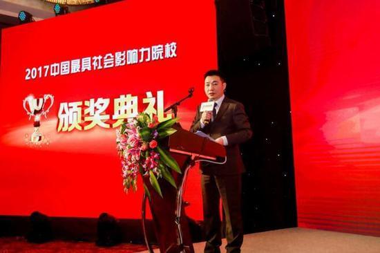 中教全媒体主编夏巍峰主持颁奖典礼