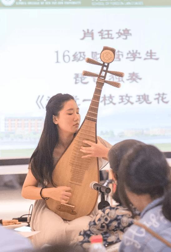 中大新华16级财管学生肖钰婷表演琵琶独奏《送我一枝玫瑰花》