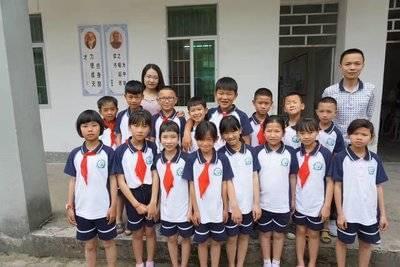 李煦炜和支教学校的孩子们在一起