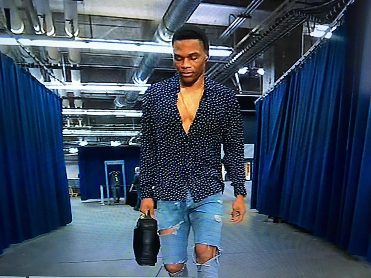 維斯季後賽時裝秀第3場:波點襯衫+破大洞牛仔褲